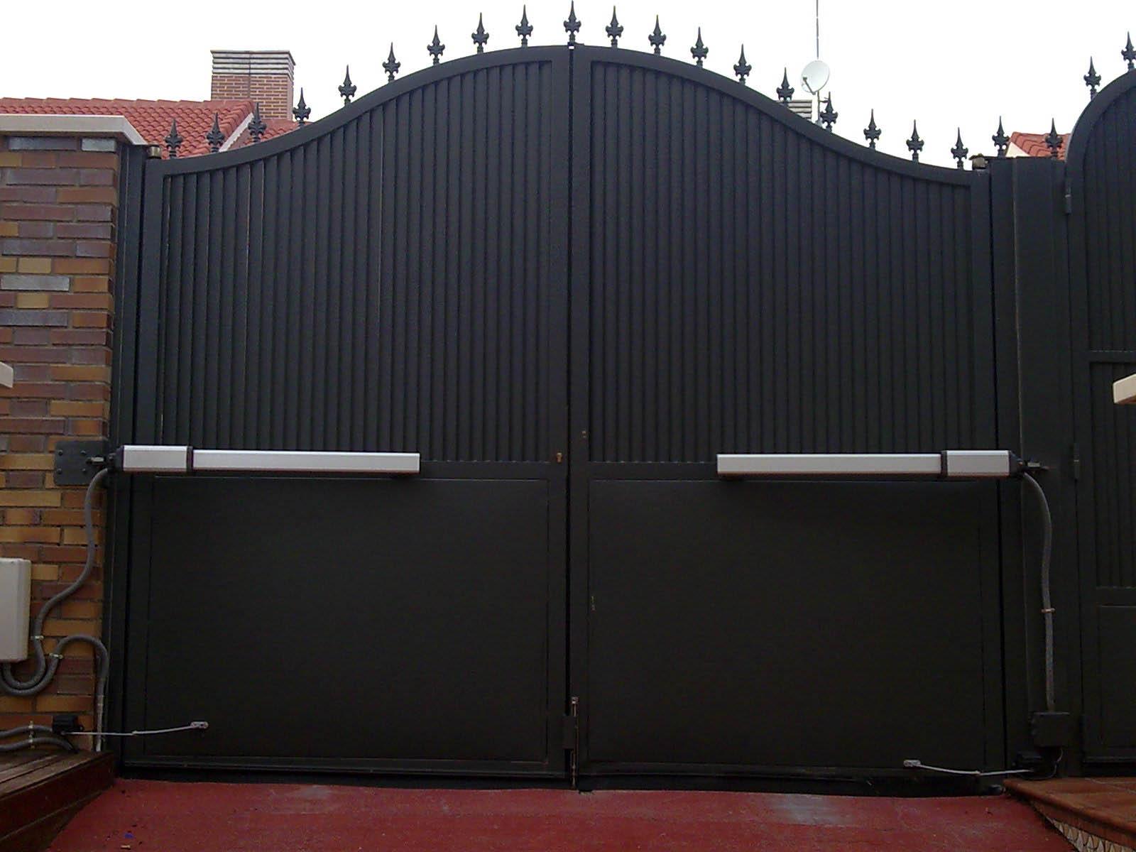 Mecanización de puerta abatible en dos hojas por Cerrajería Keymar