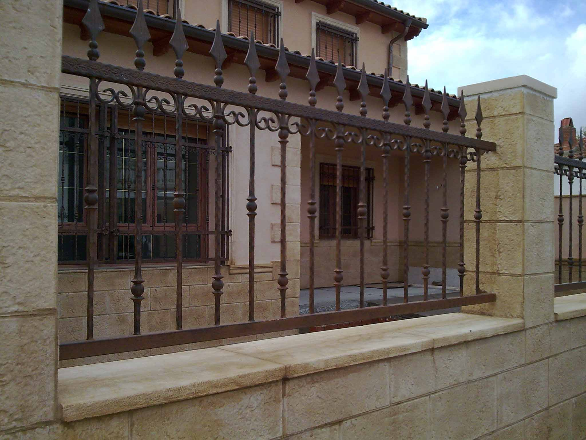 Valla de barrote rizado con elementos de decoración por Cerrajería Keymar