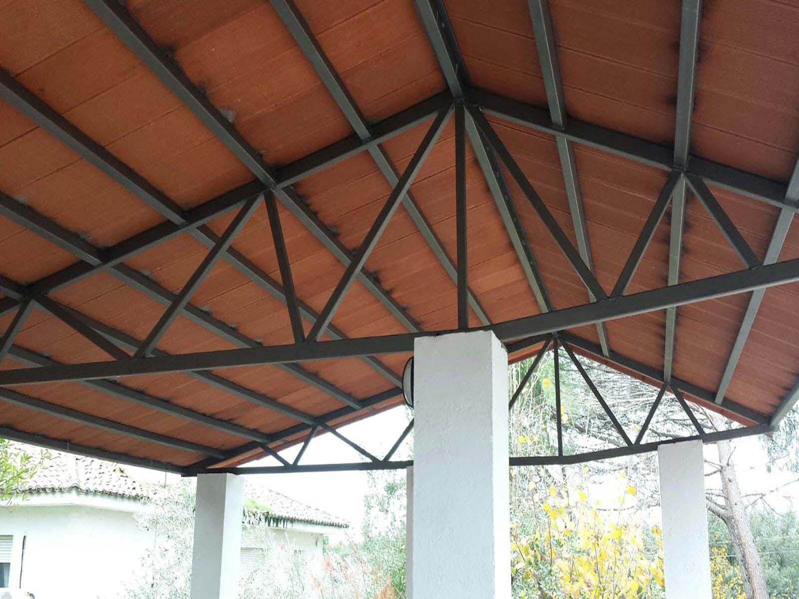 Escaparates y estructuras exterior para techado de porche por Cerrajería Keymar