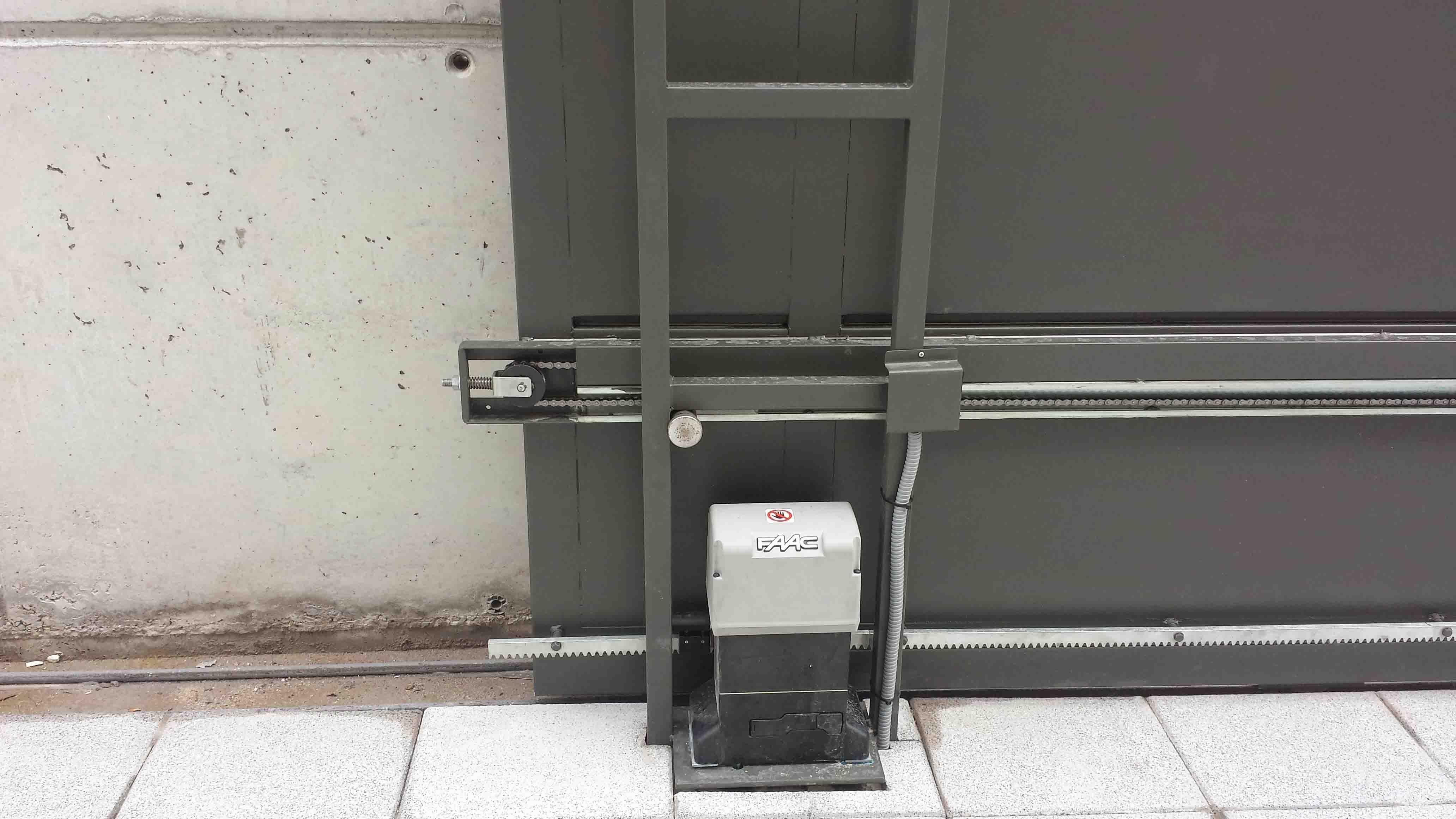 Mecanización de puerta corredera de una hoja por Cerrajería Keymar