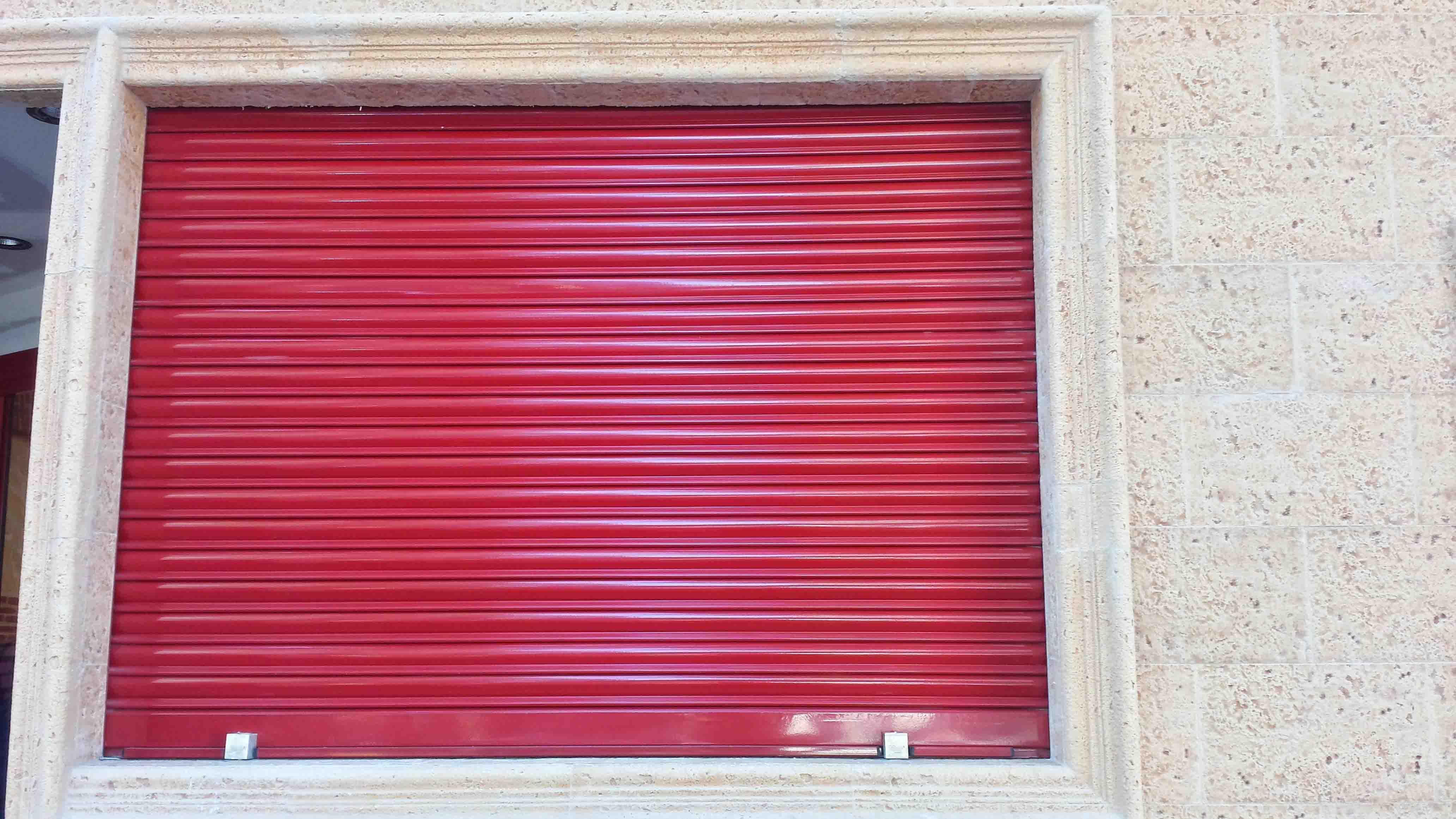 Cierre de lama en puerta principal en color rojo por Cerrajería Keymar