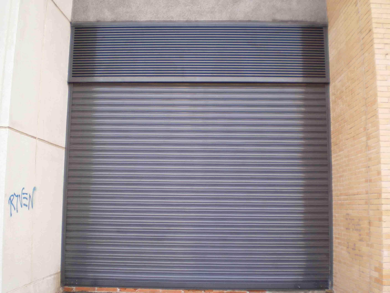 Cierre de Lama en puerta de garaje en color gris por Cerrajería Keymar