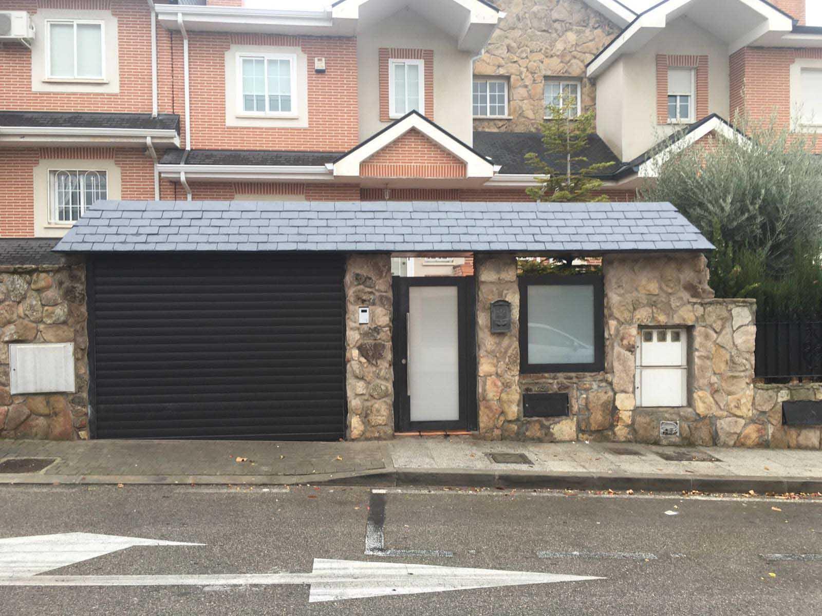 Cierre de Lama en puerta de garaje en color negro por Cerrajería Keymar