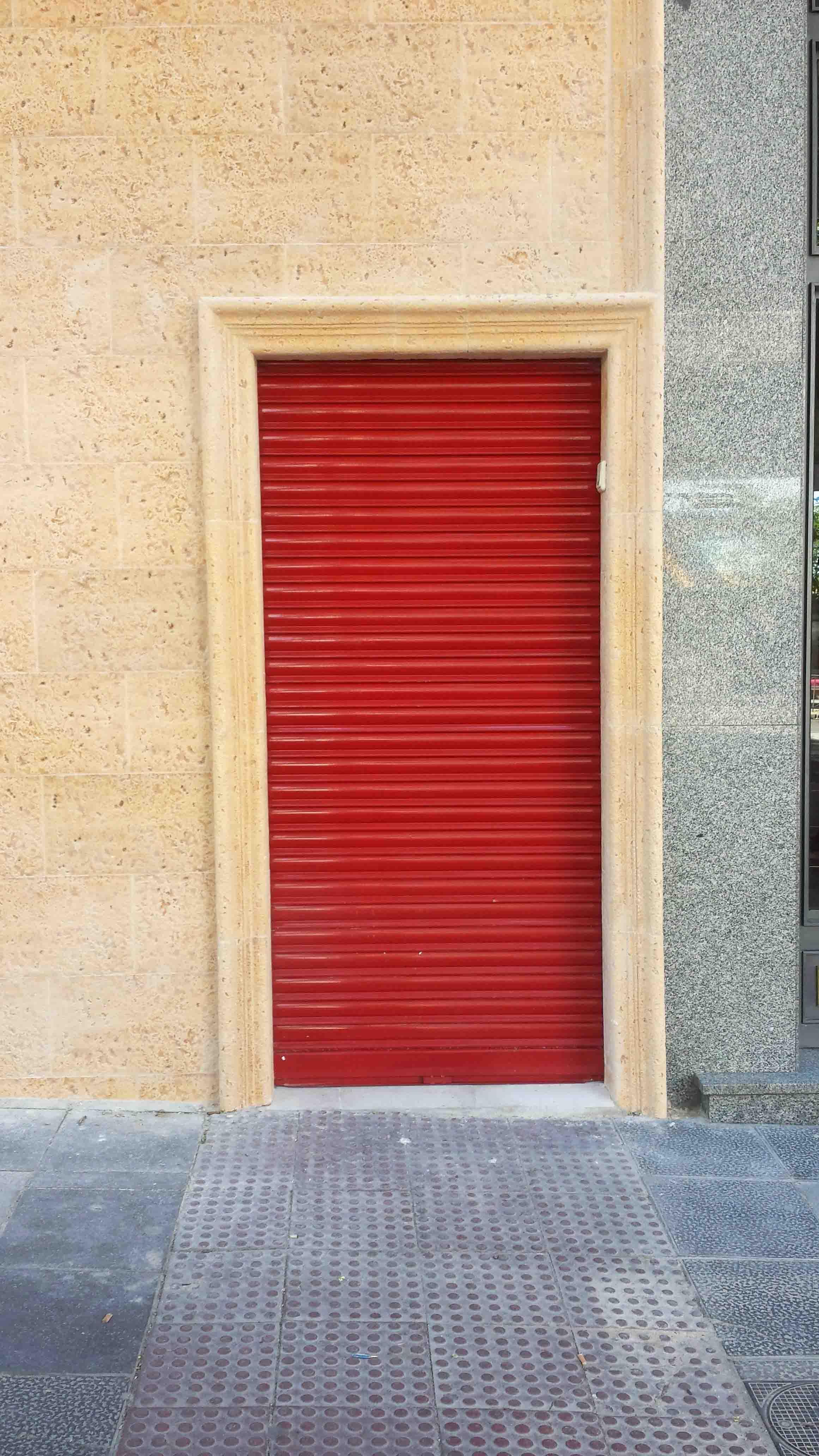 Cierre de lama en puerta de paso en color rojo por Cerrajería Keymar