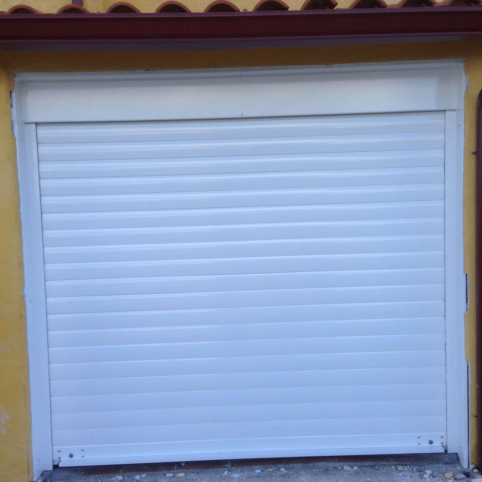 Cierre de lama en puerta de garaje, color blanco por Cerrajería Keymar