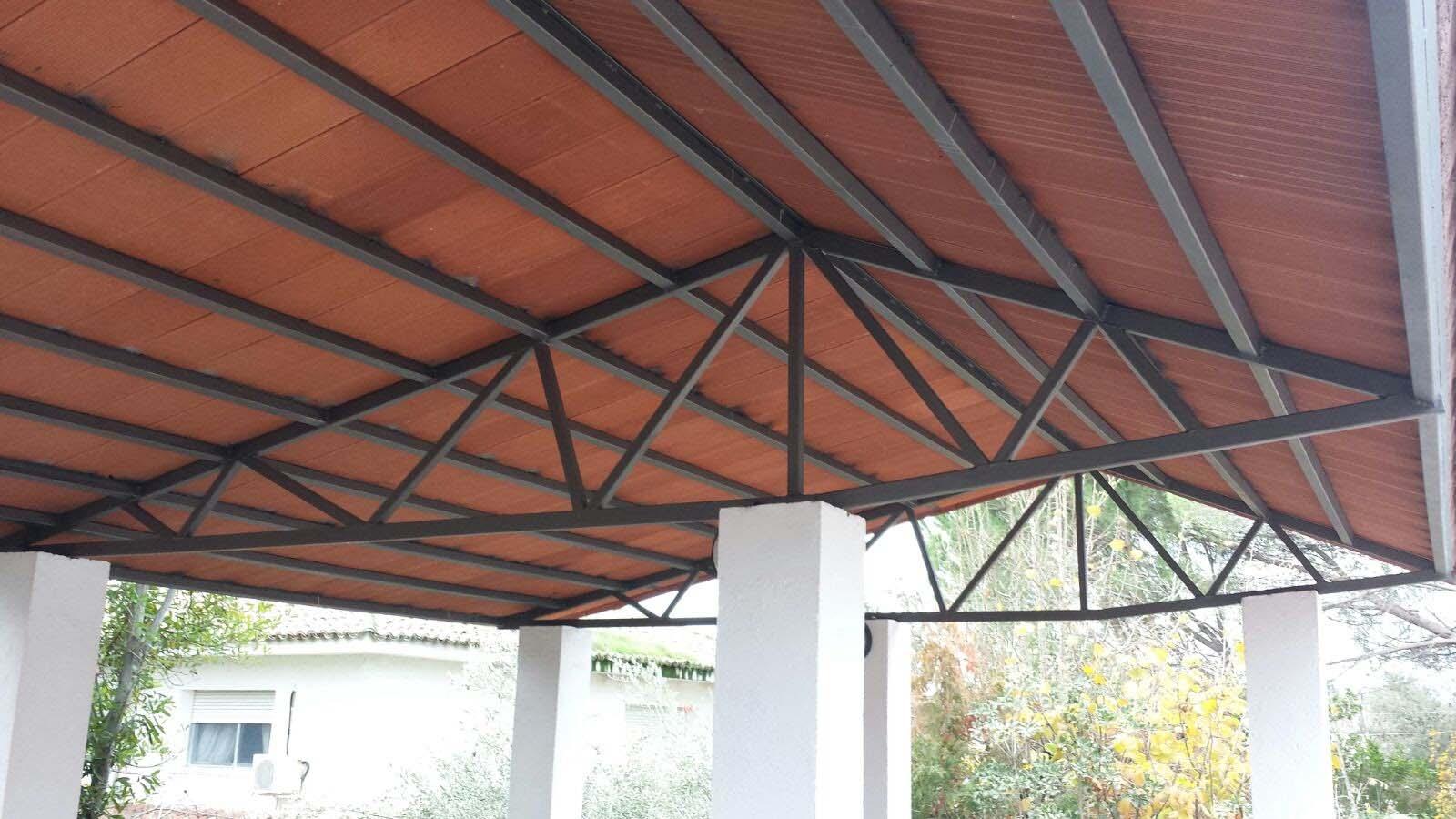 Estructura exterior para techado de porche por Cerrajería Keymar