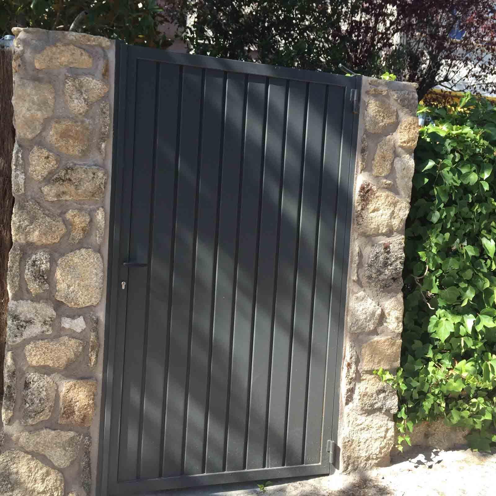 Puerta de paso abatible de una hoja por Cerrajería Keymar
