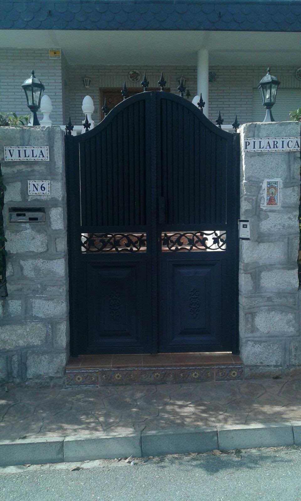 Puerta de paso Abatible con tirador y elementos de adornos por Cerrajería Keymar