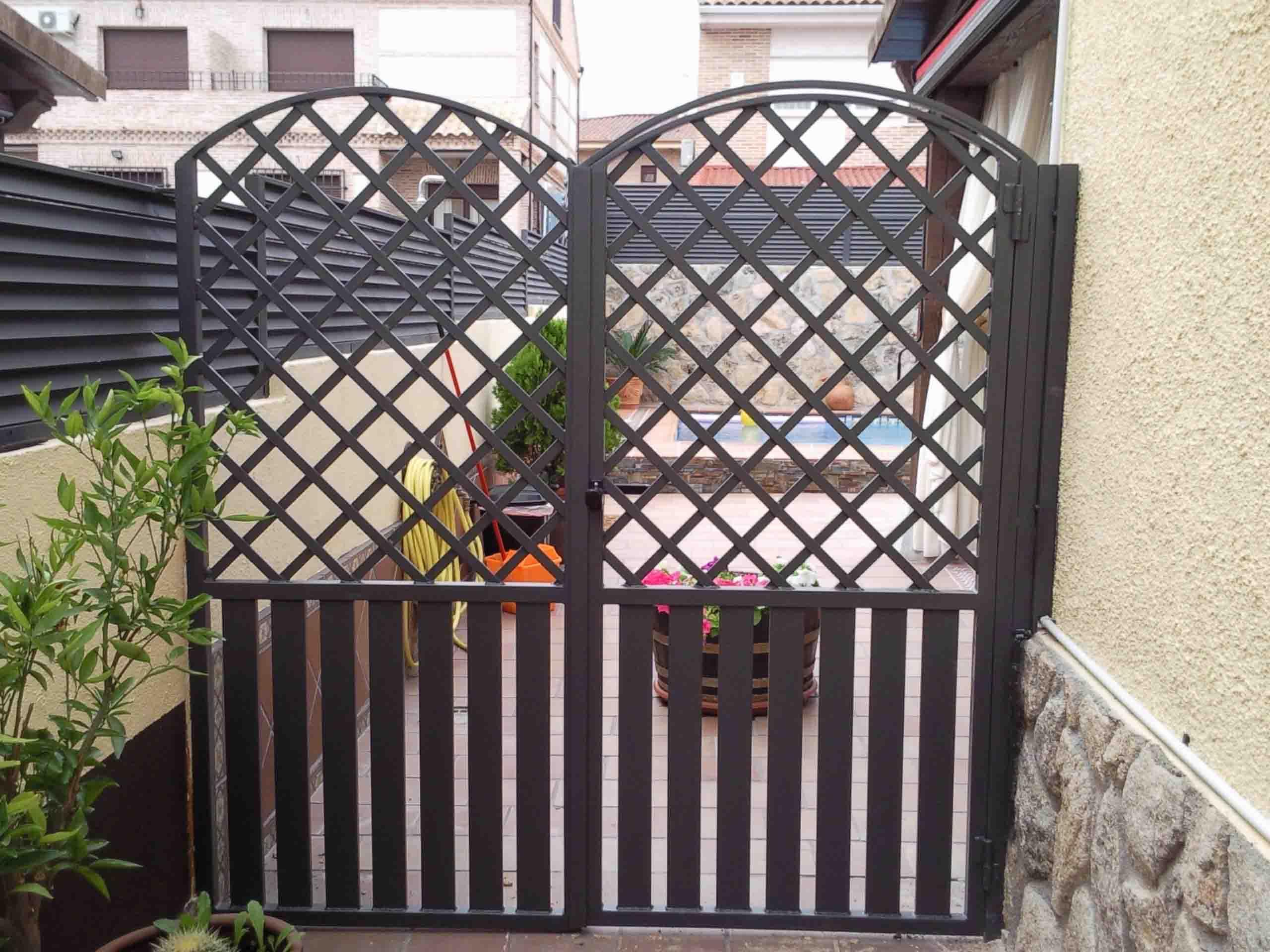 Puerta de paso abatible de dos hojas por Cerrajería Keymar