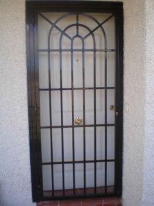 Reja en puerta principal abatible de una hoja por Cerrajería Keymar