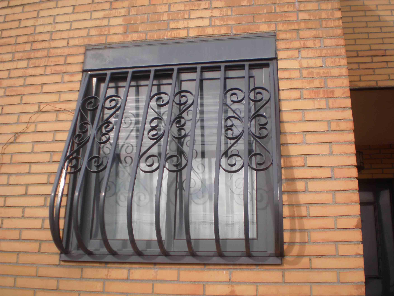 Reja pecho paloma con formas decorativas por Cerrajería Keymar